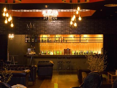 日本酒バーでのお飲み物提供や、売店でのお土産物販売などのお仕事です