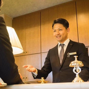 笑顔とあなたの個性でお客様をお迎えしてください!未経験大歓迎のホテルフロントスタッフ募集
